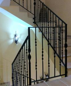 Construccion de puertas de hierro rejas balcones - Barandas de forja para escaleras ...
